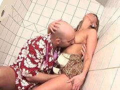 Babe disfruta de lección de porno extremo, chicas de pecho grande natural goza de su primera lección de porno extremo gran polla en el baño