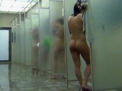 Señoritas disfrutan de sus cuerpos se lava en la ducha pública, alguien se dio cuenta de que sería una excelente idea para ocultar una grabadora en los baños públicos, por lo que cuando las mujeres tomar duchas esa persona algunas imágenes calientes.