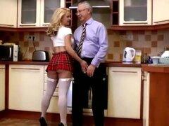 Teen rubia chupa y folla a viejo hombre en la cocina