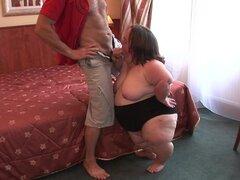Enano gordo le da una mamada y luego se la follan en una cama