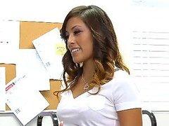 Colegiala Asiatica Alliyah Sky obtiene su sucia concha afeitada follada duro en clase por su profesor