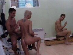 Chica de pelo corto disfruta de un caliente trío de MMF en el gimnasio