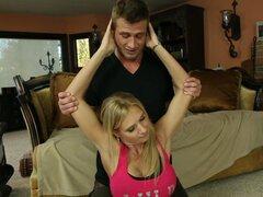 Trainer fitness joven enciende slutty milf Brooke Tyler