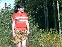 Teen falda corta tiene que mear al aire libre