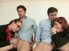 Pelirroja y morena disfrutan del sexo Foursome vapor CFNM