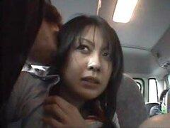 Una traviesa chica asiática adora que le toquen la conchita en el bus en público