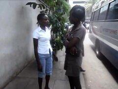 Mojadas lesbianas africanas perla y Sara follan en el baño