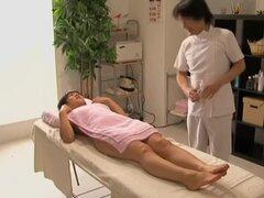 Sexo Japon capturado por una cámara escondida en sala de masajes, increíblemente caliente a puta japonesa con buenas tetas y siempre hambriento twat obtiene hacinado muy duro por su amante en este video de masaje voyeur y se ve más que contento con él.