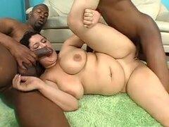 Morena caliente BBW en un trío caliente con 2 BBC, BBW cachonda chica con el pelo negro disfrutando de un trio interracial con pollas negras que follan su coño gordo duro y profundo.