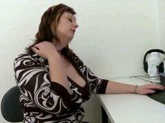 chica gordita se masturba delante de ordenador. chica gordita se masturba delante de la computadora