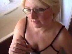 Esposa madura amateur le dio una gran mamada en este vídeo amateur, lo mascotas primero y más tarde lo lleva en la boca y aumenta su velocidad hasta que él venga en su boca y ella traga.