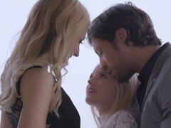 Hombre en un traje seduce a dos chicas guapas para su trío caliente - Scarlett Sage, Alexa gracia, Jean Val Jean