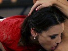 Chicas lesbo reales coño lamiendo debajo de la mesa. Belleza lésbica que por vía oral complacía a su pareja sapphic en primer plano