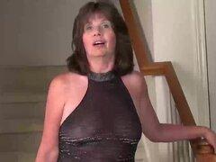 USAWives cachonda esposa en las escaleras masturbarse, USAWives cachonda masturba esposa en las escaleras