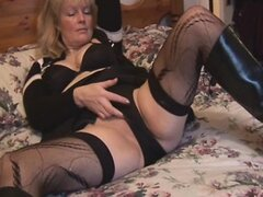 Madura rubia tetona en medias y striptease minifalda