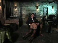 Atado puta madura obtiene tratada con vibrador por su bf. Un bloke cachondo había atada una madura skank, que llevaba las medias caliente en el momento. Luego utilizó un juguete sexual para meterla en el estado de ánimo.