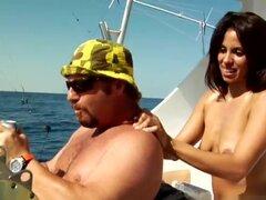MilfHunter - Offshore botín, mis compañeros me llevó pesca para mi cumpleaños y yo estaba de ganas no caza y solo patadas atrás y disfrutar del viaje de pesca. Uno de mis amigos fijado por el patrón tiene una firstmate mujer y asegurarse de que estaba cui
