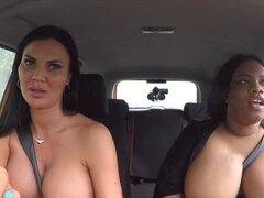 Juguetes de examinador MILF grasa ébano en coche. Hottie ebony FAT tiene examen práctico de manejo con examinador de Milf lesbiana morena tetas grandes y luego en público que lamiendo y jugando en el coche al orgasmo