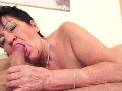 La abuela obtiene coño spunked. Abuela de succión Dick obtiene coño golpean y spunked en hd