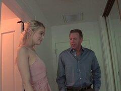 Babe adolescente adorable inocente se convierte en una puta para un más viejo individuo - Alli Rae, Mark Wood