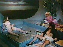 Afortunados bastardos pervertidos tienen una salvaje orgia vintage con hermosas jovencitas