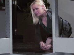Una tensión sexual caliente en la oficina con Lola taylor