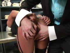 Madison Ivy es follada por ladrón lasciva James Deen en un banco
