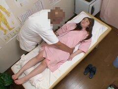 Feliz coqueta Japon prefiere conseguir dedos duro Titless y muy caliente, esta chica japonesa estaba ansioso por algo más que un masaje clásico así que ella consiguió a su twat dedos duro y es todo en este voyeur masaje video.