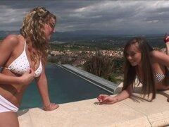 Dos chicas deseables caída en amor con los demás y empezar a lamer - Capri Anderson