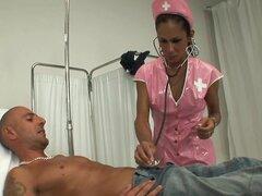 Enfermera buenorra resulta ser una transexual