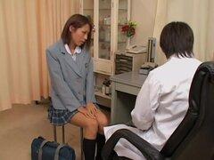 Puta japonesa en falda corta es examinada en la clínica de la ginecomastia, porque ella se siente caliente todo el tiempo, le gusta Saki tres veces al mes, visite a su ginecólogo Japon. Después de entrar en la clínica médica ella va directamente a su médi