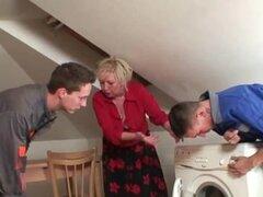 La abuela ofrece su coño viejo