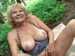 Abuela tetona se la follan en el bosque