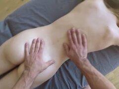 Adolescente Alex Mae en masaje lujurioso filmado en POVcon 3D s. Teen Alex Mae va a un spa. El masajista la seduce para que se vuelva cachonda. Alex le hace una mamada. Su coño se folla duro filmado en POV con sonido envolvente 3D. Le gusta desafilar y mo