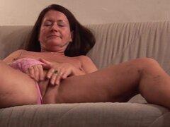 Abuela caliente Gusti Tschopp es masturbandose su coño