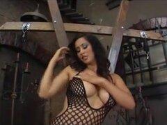 Curvy Latina domina todos sus bienes, muestra muy caliente Latina dominatrix en traje de rejilla muestra con sus magníficas curvas y pies de esta chica fetiche solo video.