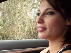 Cachonda chica haciendo autostop está encantado le follar en el coche - Nikita Bellucci