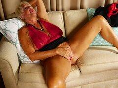 Rubia abuelita Mandi juega con sus tetas caídas y un coño afeitado-Mandi
