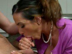 Mujer mayor seduce a novio de las chicas adolescentes. Desagradable y perversa mujer mayor sopla la polla del novio de mujer más joven en trampas sexuales