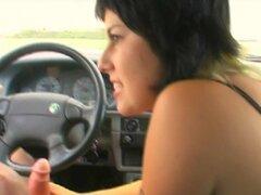 Chica ardiente con un cuerpo agradable chupar la polla enorme de un más viejo hombre en su coche