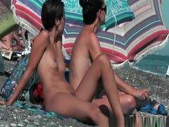 Tetas pequeñas nudistas las mujeres ajustados coños, tetas pequeñas nudistas mujeres con coños ajustados tomando el sol en playa nudista.
