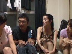 Delicioso Miku Sunohara tiene sexo en grupo con varios amigos cachondos
