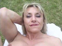 Maduras musculosas con clitoris grandes - al aire libre
