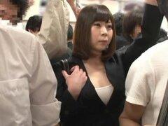 Milf japonesa tetona consigue su coño jugó y follan en un autobús