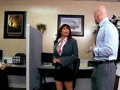 Cachondo jefe llama a su sexy secretaria muy puta para follarla en la oficina