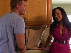 Ama de casa desesperada Lisa Ann seduce al chico guapo y obtiene placer seductoramente