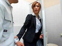 Chica de la oficina japonesa sexy teniendo sexo duro en el baño
