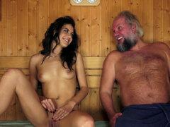 Adolescente follada por hombre viejo. Pequeño tetas adolescente follada y boca Jizzed por viejo hombre en sauna