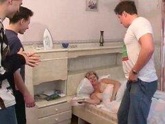 Cuatro es compañía cuando tres chicos saltan en la cama y grupo fuck MILF