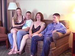 Un divertido conseguir juntos se convierte en una fiesta de swingers intercambio de pareja